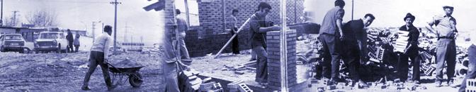 Foto de archivo de Orcasitas. Vecinos ayudándose a construir sus casas en el barrio.